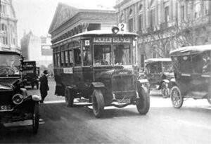 Desde Plaza de Mayo, un colectivo y la Catedral de fondo, en 1921