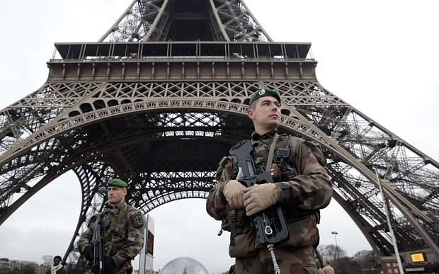 Militarización en el Champ de Mars, junto a la Tour Eiffel
