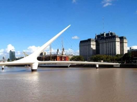 Dentro de un siglo y más, los primeros casamientos en el Puente de la Mujer de Buenos Aires, integrarán las leyendas del viejo Siglo XXI