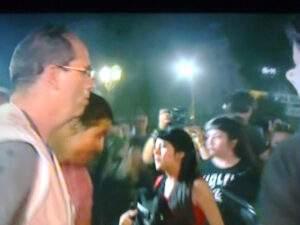 La producción de América TV emfrentando a manifestantes en Congreso