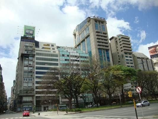Con vista panorámica a toda la Av 9 de Julio, el Hotel Panamericano se planat como uno de los miradores más atractivos.
