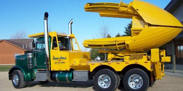 Este es un camión especial sobre el que se monta el sistema que arranca el árbol con su raíz y lo puede transportar a otro sitio.