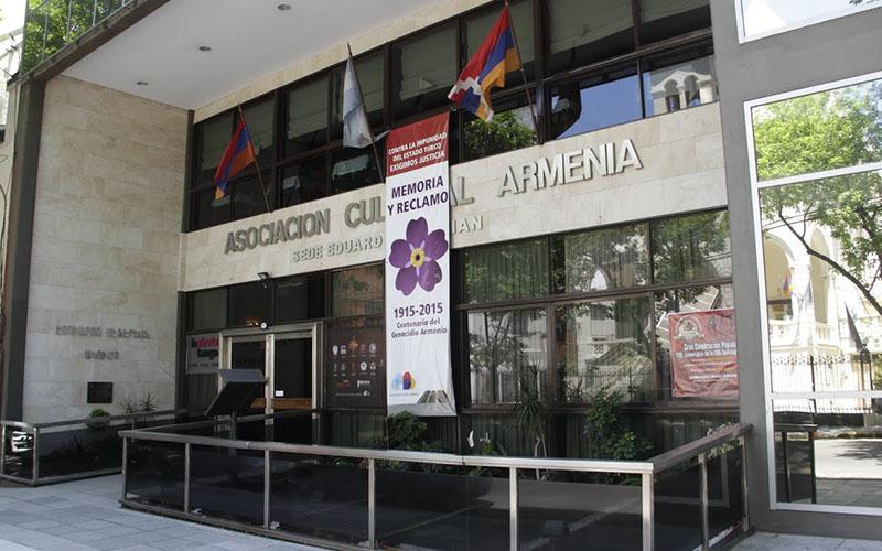 Fotos de Macri y De la Rúa abren interna en la colectividad armenia