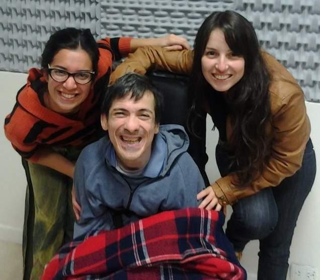 Carlos Mello, flanqueado por Yasmín Dávalos y Mariana Abou Adal. Un pilar de la lucha por la integración.