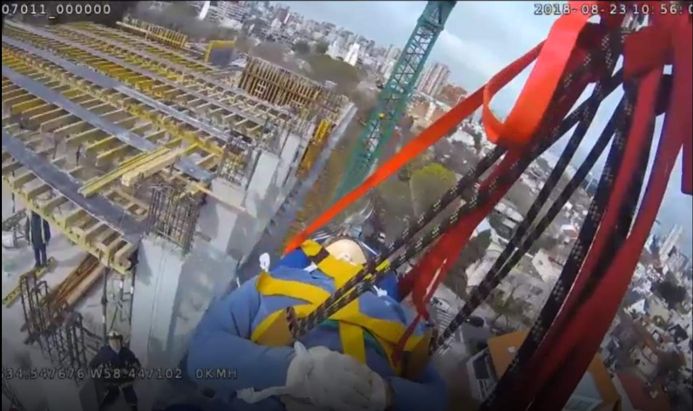 Bomberos rescatan con pluma a obrero en 5to piso (video)
