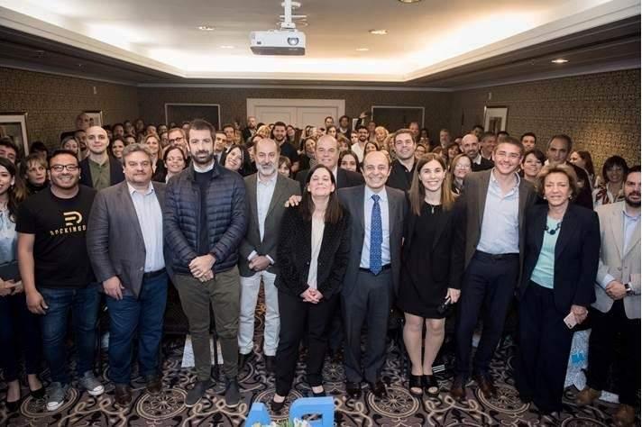 Organizadores, oradores y participantes en el debur de InnovaturBA.